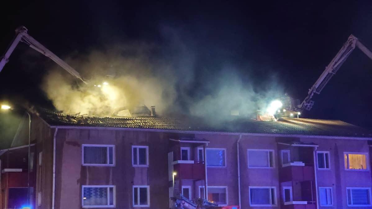 palo on kerrostalon ullakolla
