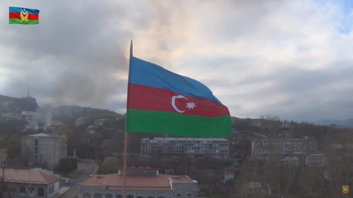 Azerbaidzanin lippu liehuu Vuoristo-Karabahin alueelle Shushan kaupungissa
