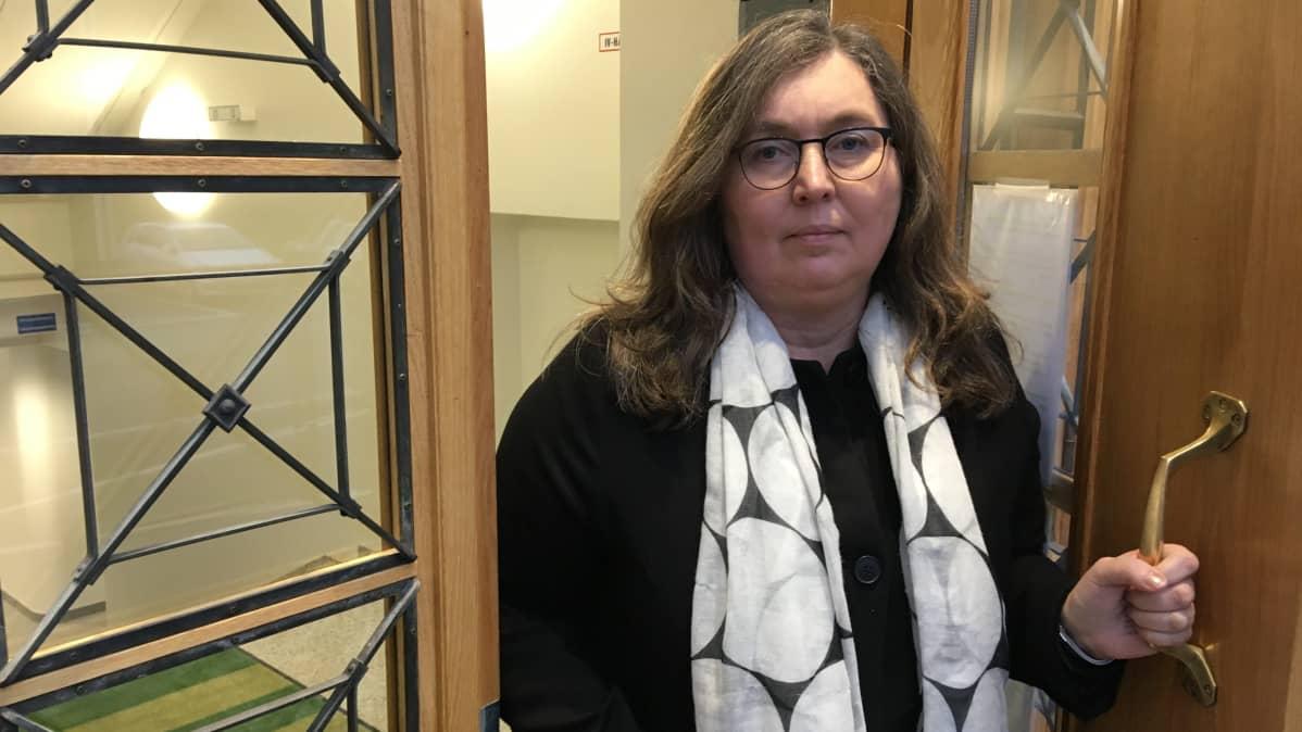 Raaseporin kaupungin sivistystoimenjohtaja Tina Nordman kaupungintalon ovella.