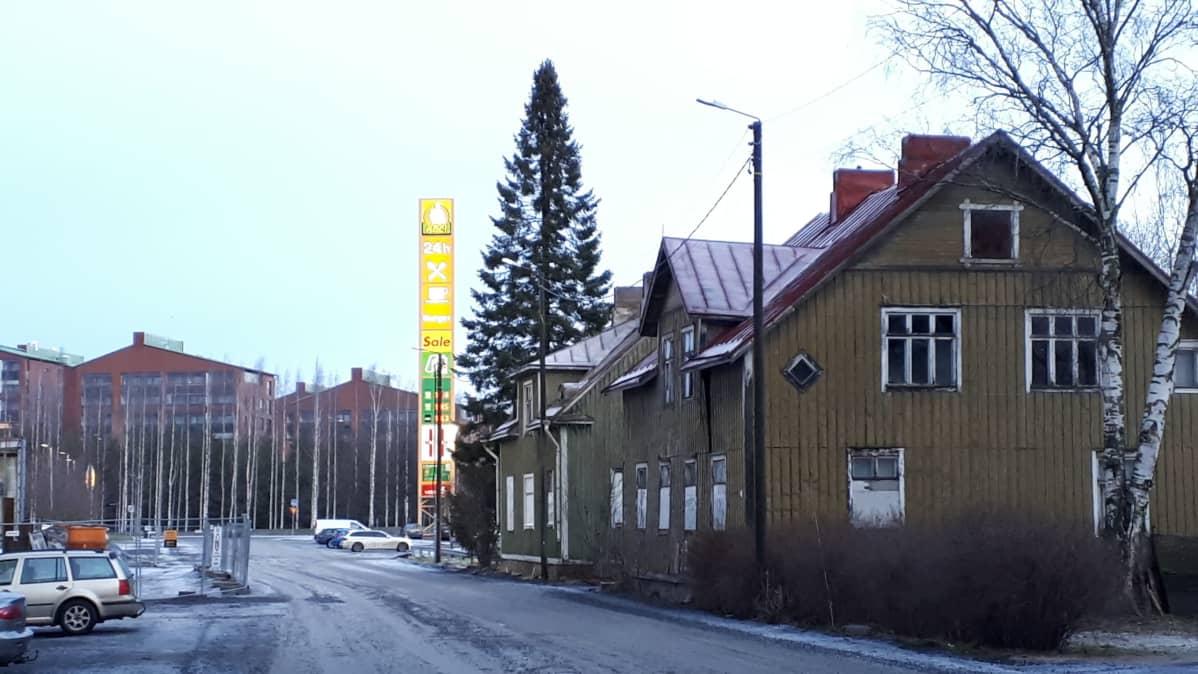 Seinäjoen Jerikon alueen vanhoja taloja uusien puristuksessa.