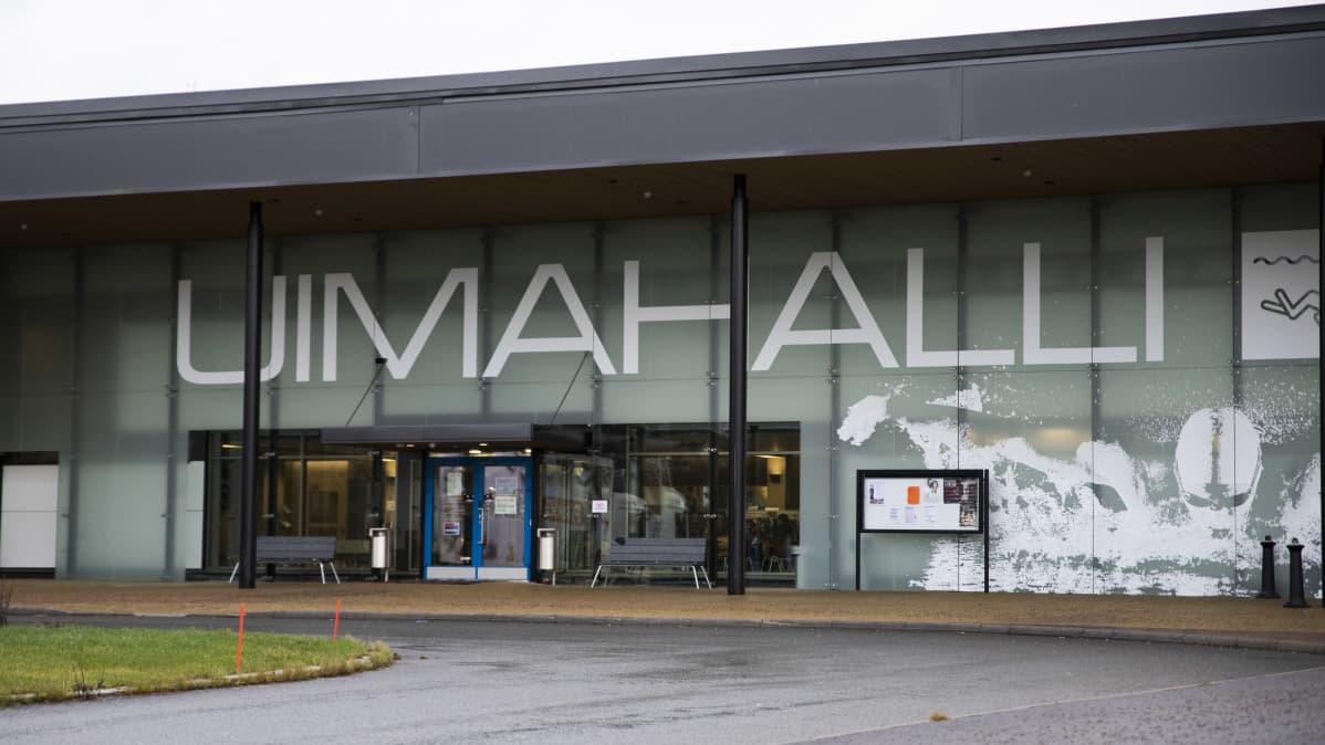 Hämeenlinnan uimahallin julkisivu.