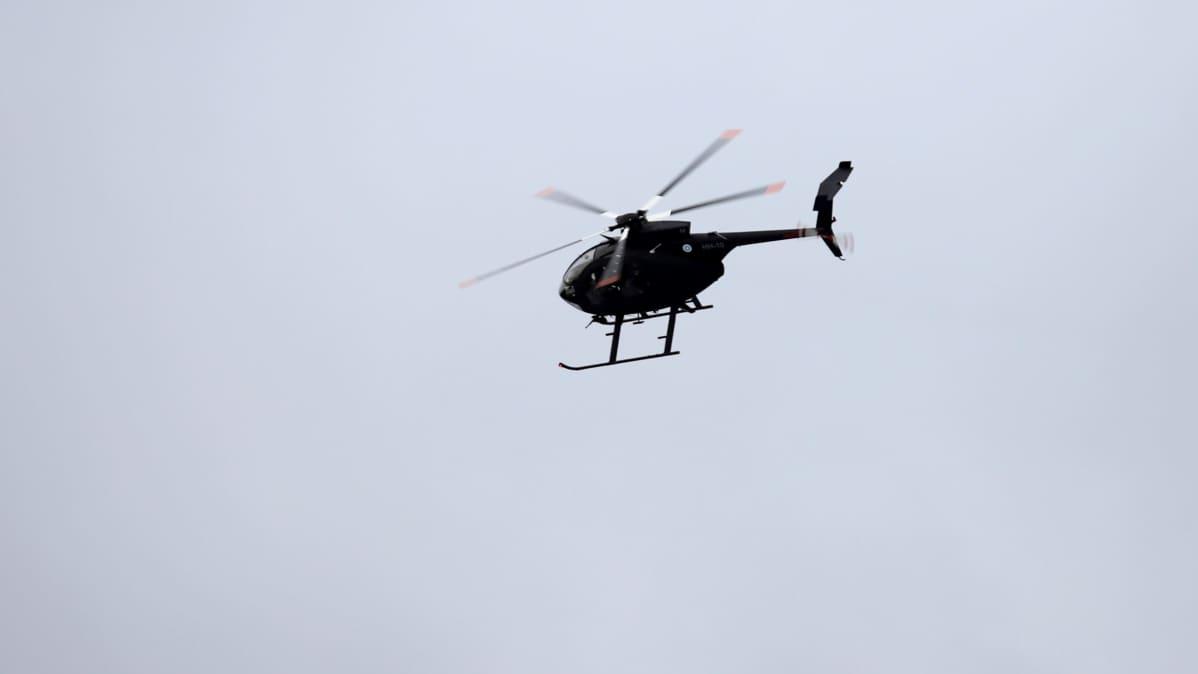 Musta MD-helikopteri ilmassa