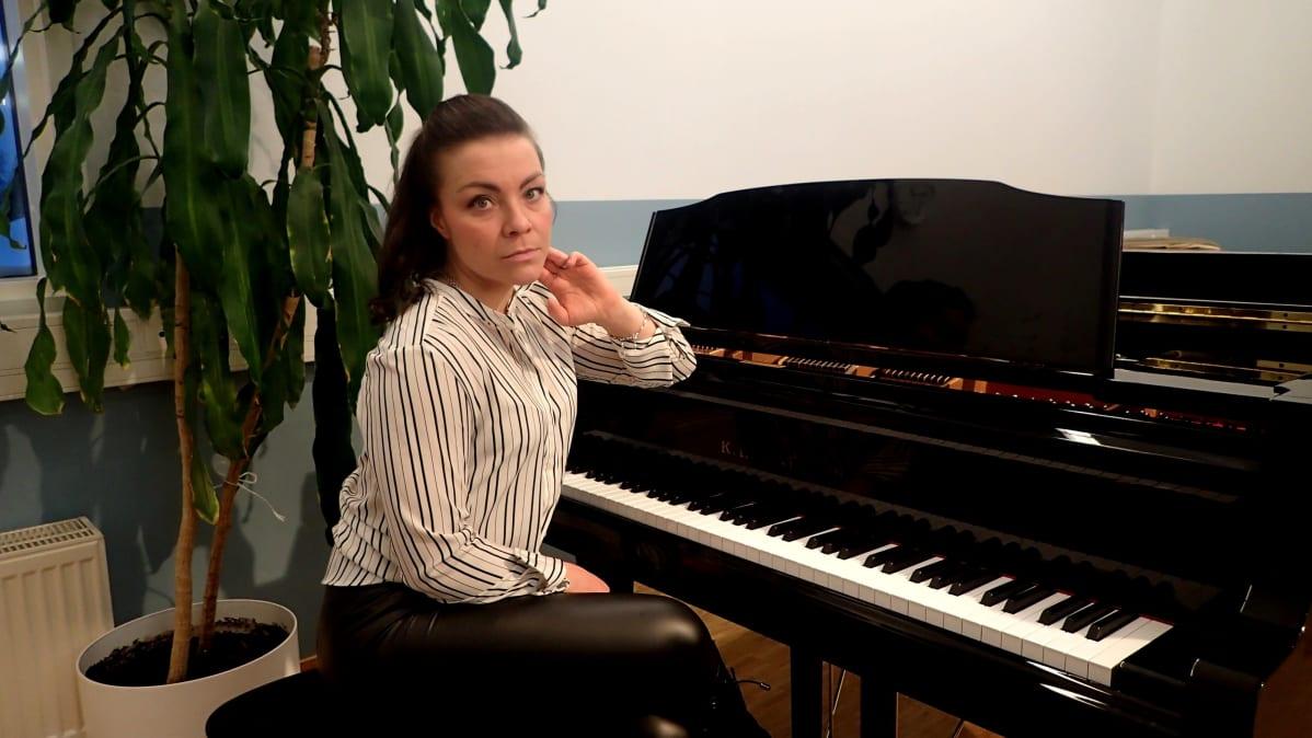 Silja Sevonkari istuu pianon ääressä