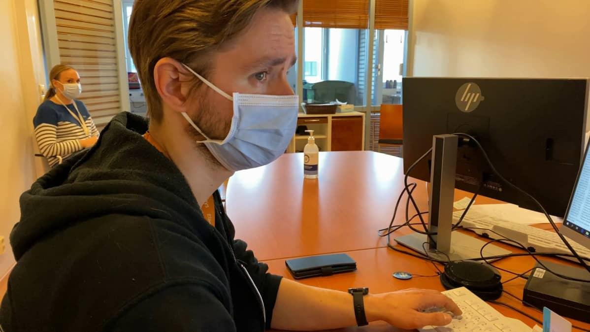 Erikoislääkäri Ville Kaila työskentelee Taysin koronajäljitysyksikössä