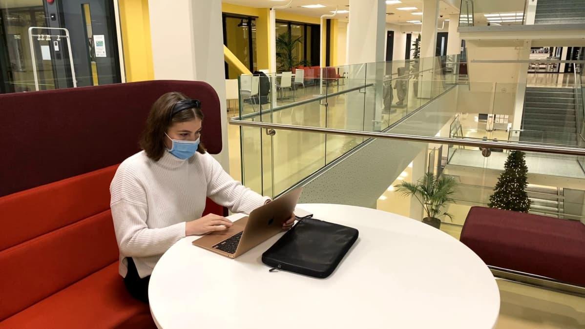 Lääketieteen kandidaatti Iida-Elisa Launonen opiskelee Tampereen yliopiston Arvo-rakennuksessa