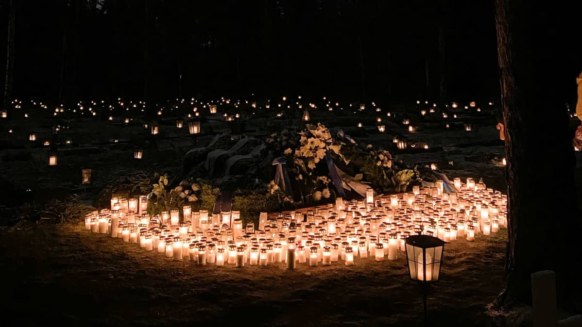 Kynttilöitä Tuomas Gerdtin haudalla.