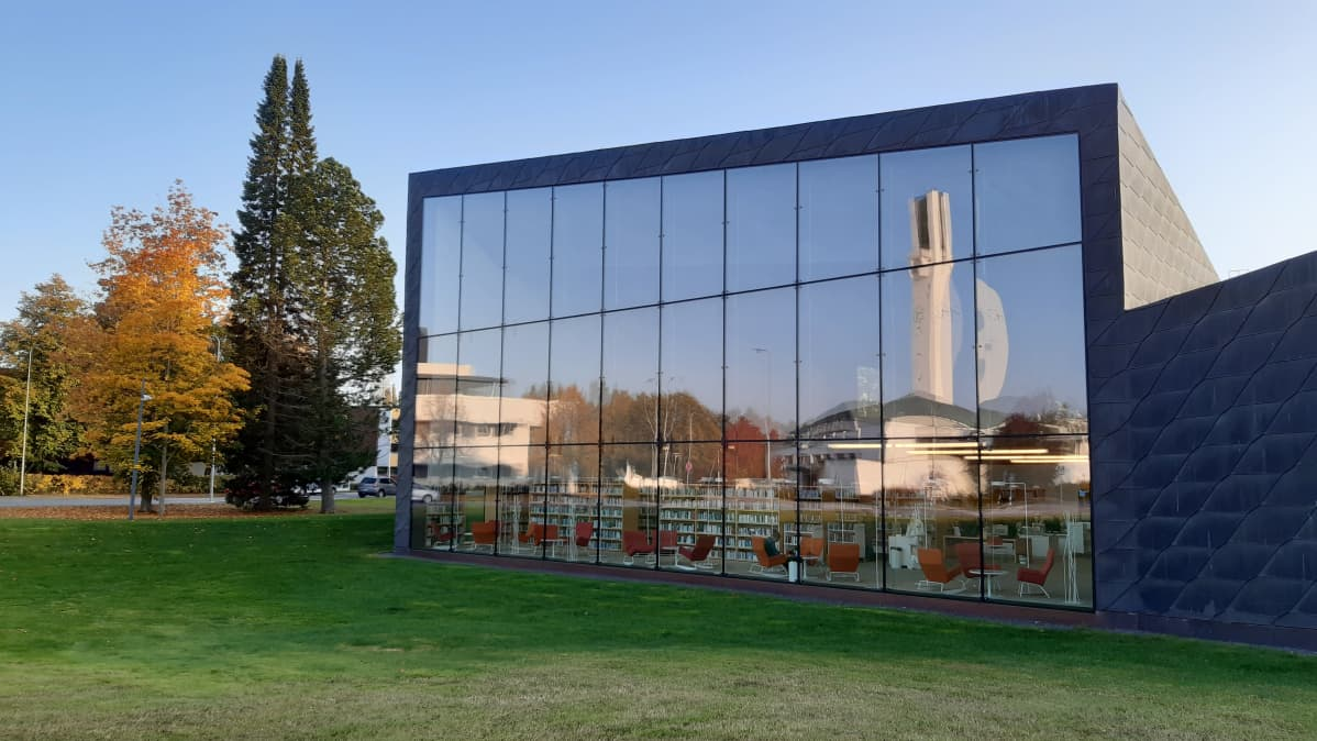 Seinäjoen Apila-kirjaston ikkunasta näkyy ja heijastuu Lakeuden risti.