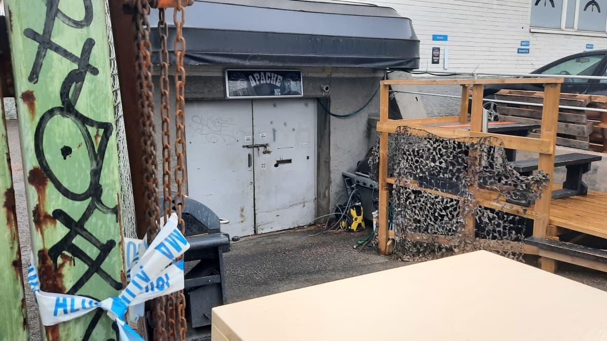 En källardörr av metall.