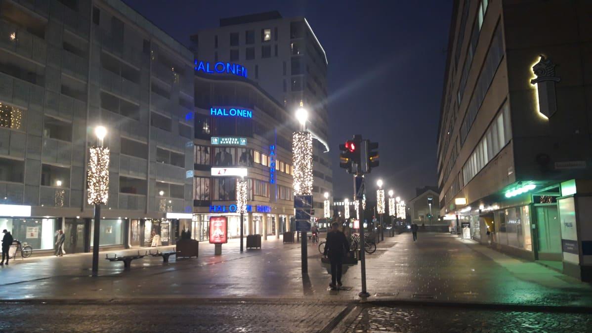 Oulun kävelykatu Rotuaarin uusi osa jouluvalaistuksessa.