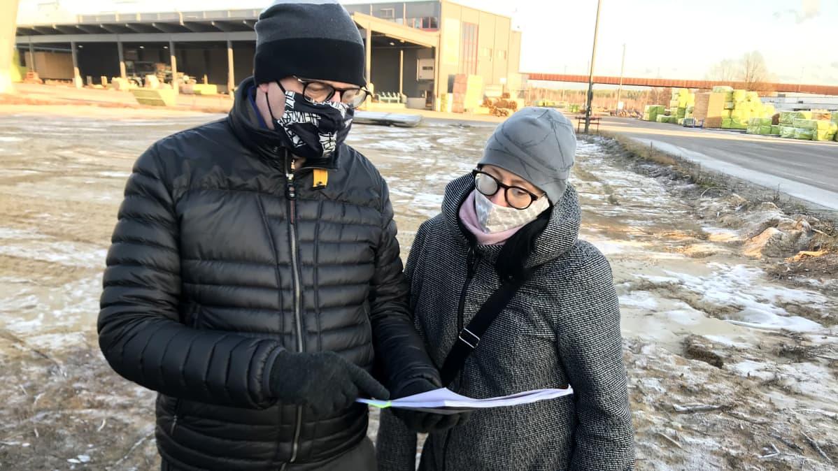 Heinolan kaupunki on hoitanut hautojen siirtoa yhdessä Versowoodin kanssa. Kuvassa kaupungin teknisen toimen johtaja Harri Kuivalainen ja kaavoitusarkkitehti Irene Översti.
