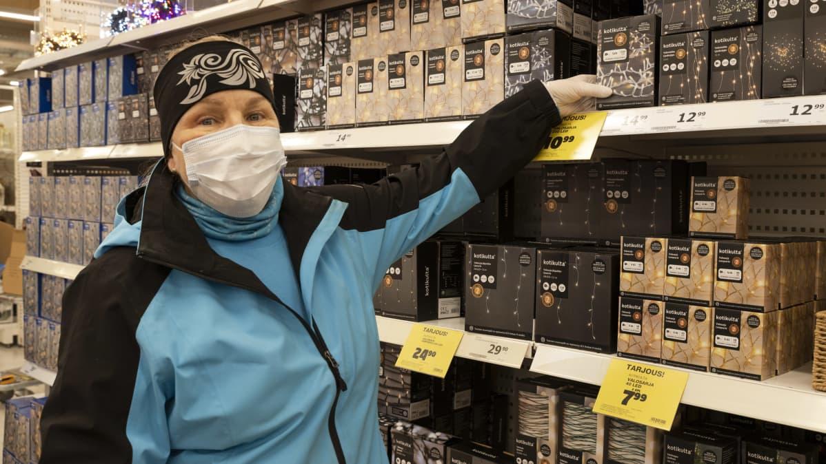 Kemiläinen Eeva-Liisa Viide ostamassa jouluvaloja Kemin Tokmannissa