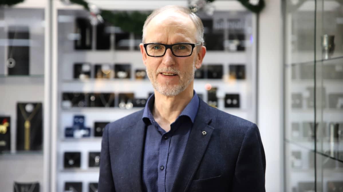 Forssalaisen Kello-Nyströmin yrittäjä Kauko Nyström liikkeessään kuvattuna.