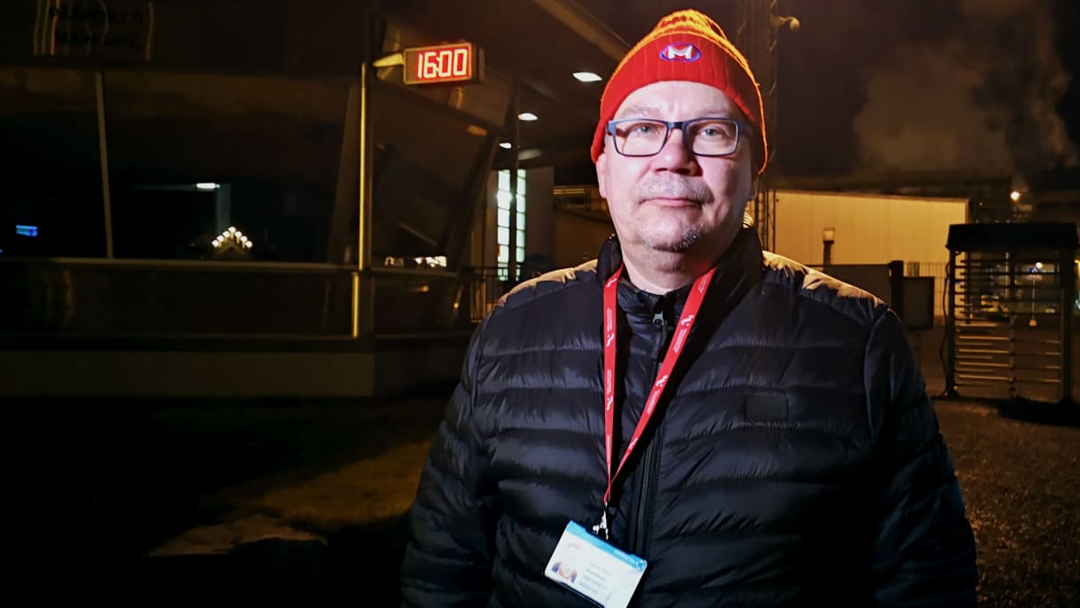Outokummun Tornion tehtaan varapääluottamusmies Tommi Sauvolainen tehtaan portilla