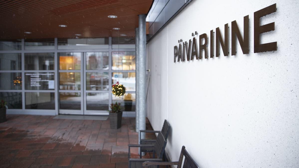 Palvelutalo Päivärinteen nimikyltti rakennuksen sisäänkäynnin luona.