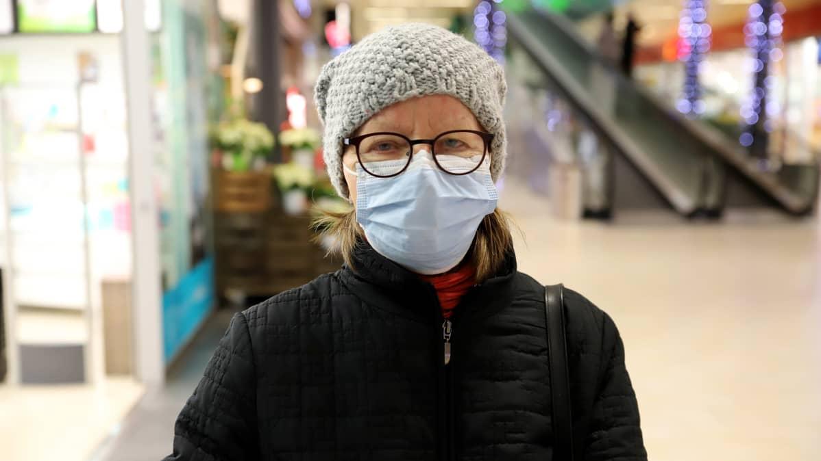 Lahtelainen Airi Tonttila maski kasvoillaan kauppakeskus Karismassa Lahdessa.