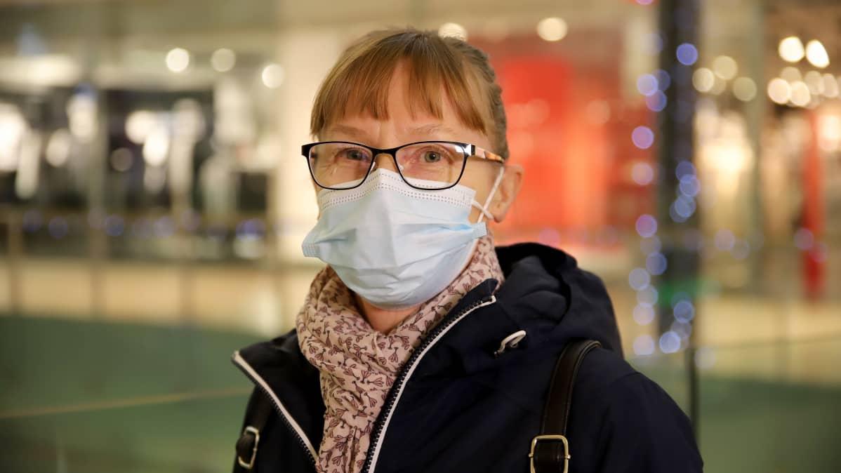 Lahtelainen Sari Huttunen maski kasvoillaan kauppakeskus Karismassa Lahdessa.