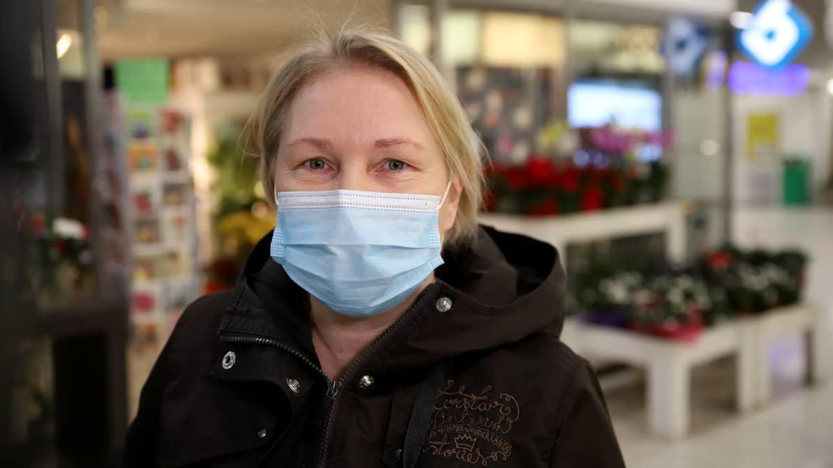 Hämeenlinnalainen Maritta Elfengren maski kasvoillaan kauppakeskus Tuulosessa Hämeenlinassa