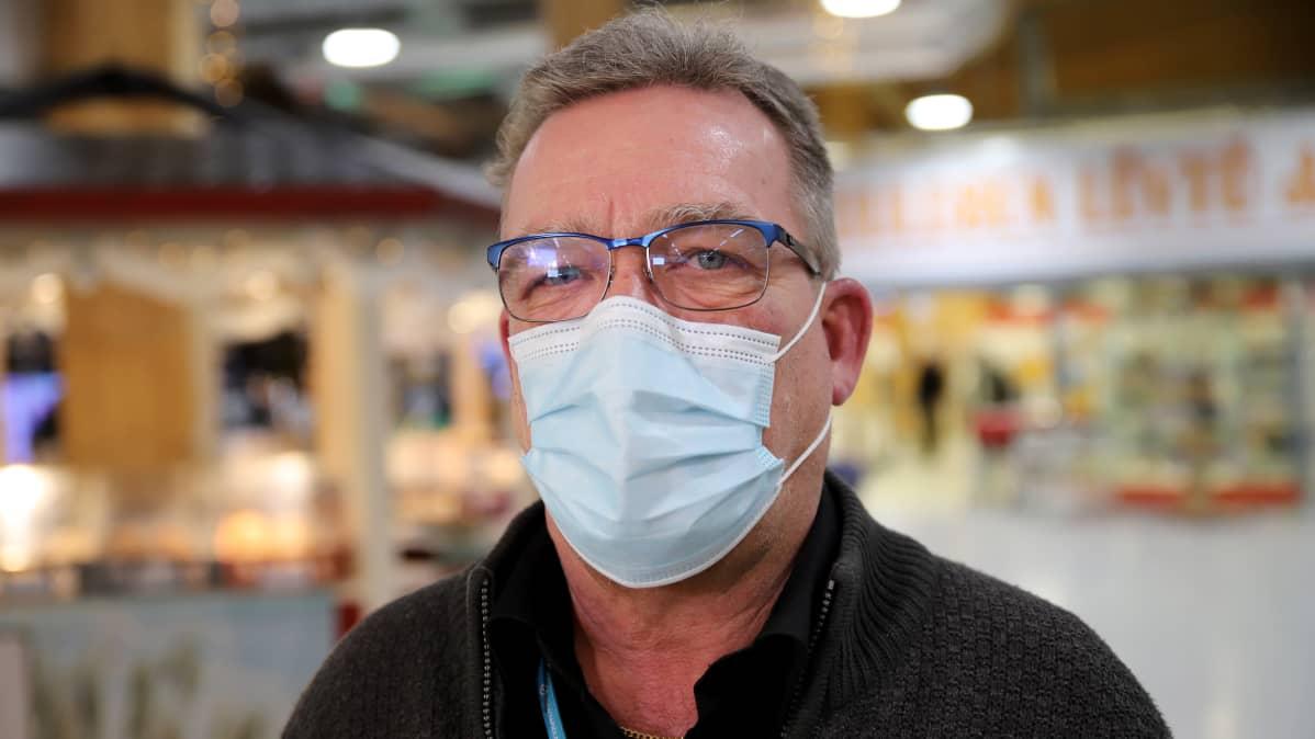 Vesa Alaspää maski kasvoillaan kauppakeskus Tuulosessa