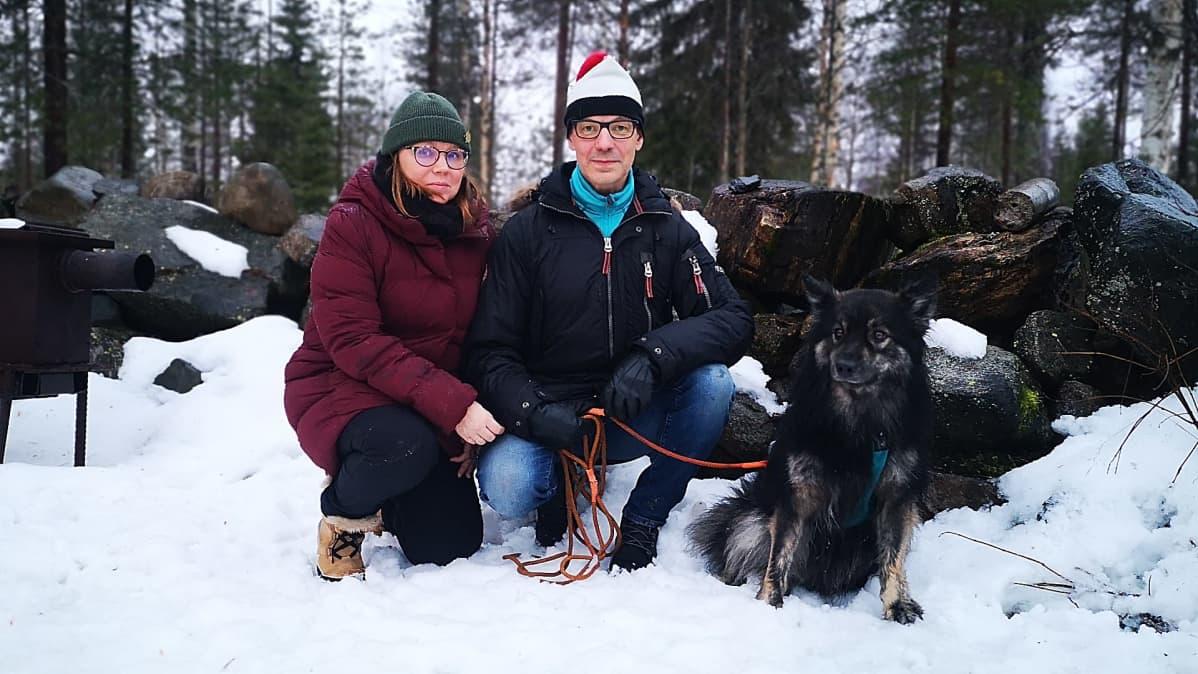 Mervi ja Rauno Granath koiransa Arwidhin kanssa.