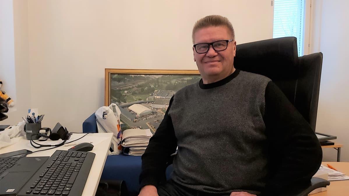 Timo Tersa poseeraa uudessa toimistossaan.