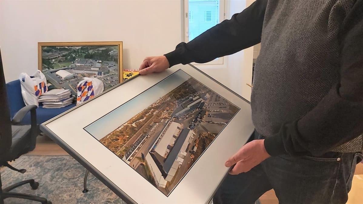 TImo Tersa esittelee Lappeenrannnan K-Raudan ilmakuvaa.
