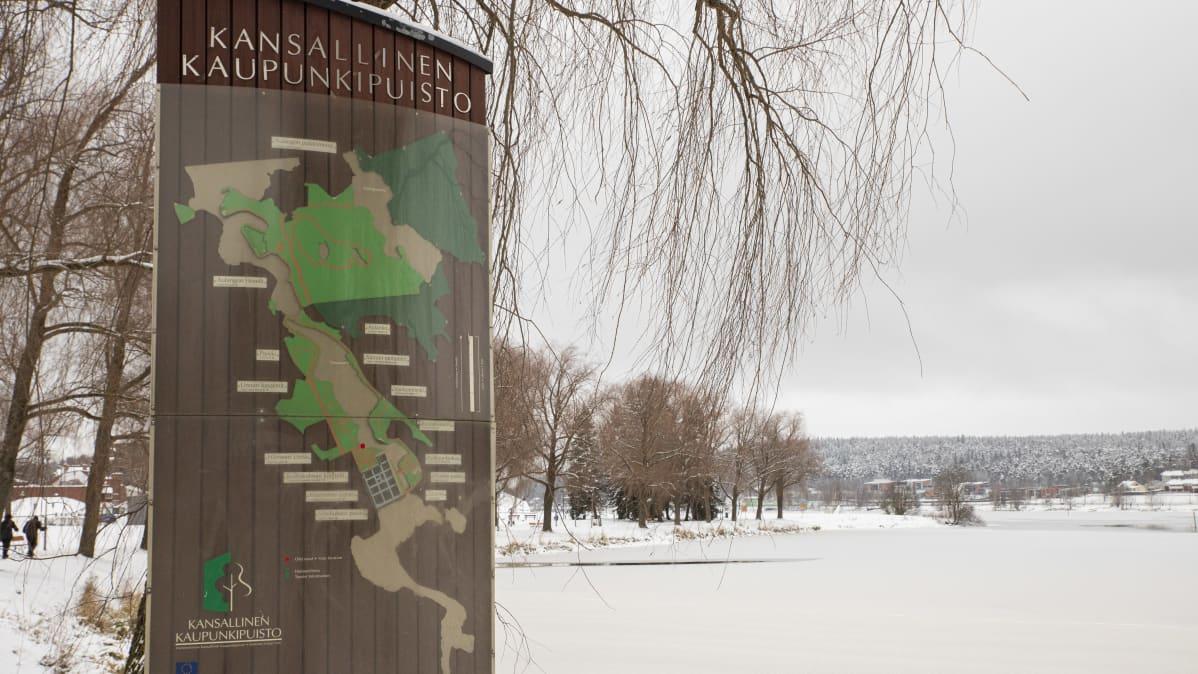 Kansallisen kaupunkipuiston kyltti hämeenlinnassa.