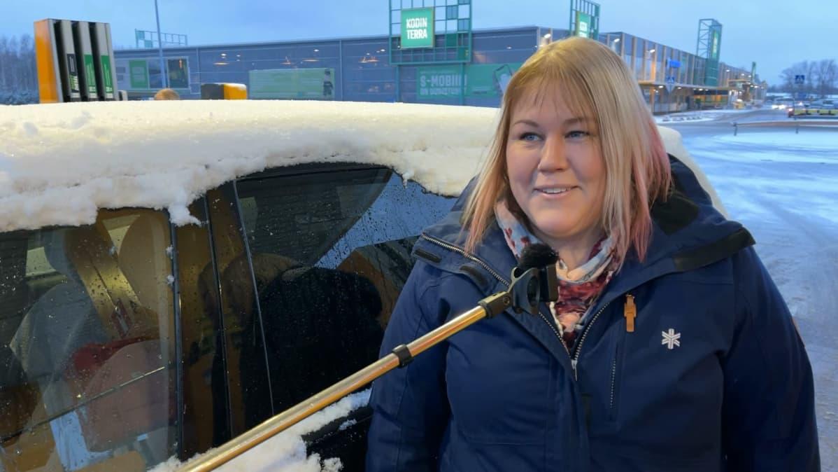 Porilainen Sanna Kurikka haastateltavana Tikkulan S-marketin pihalla.