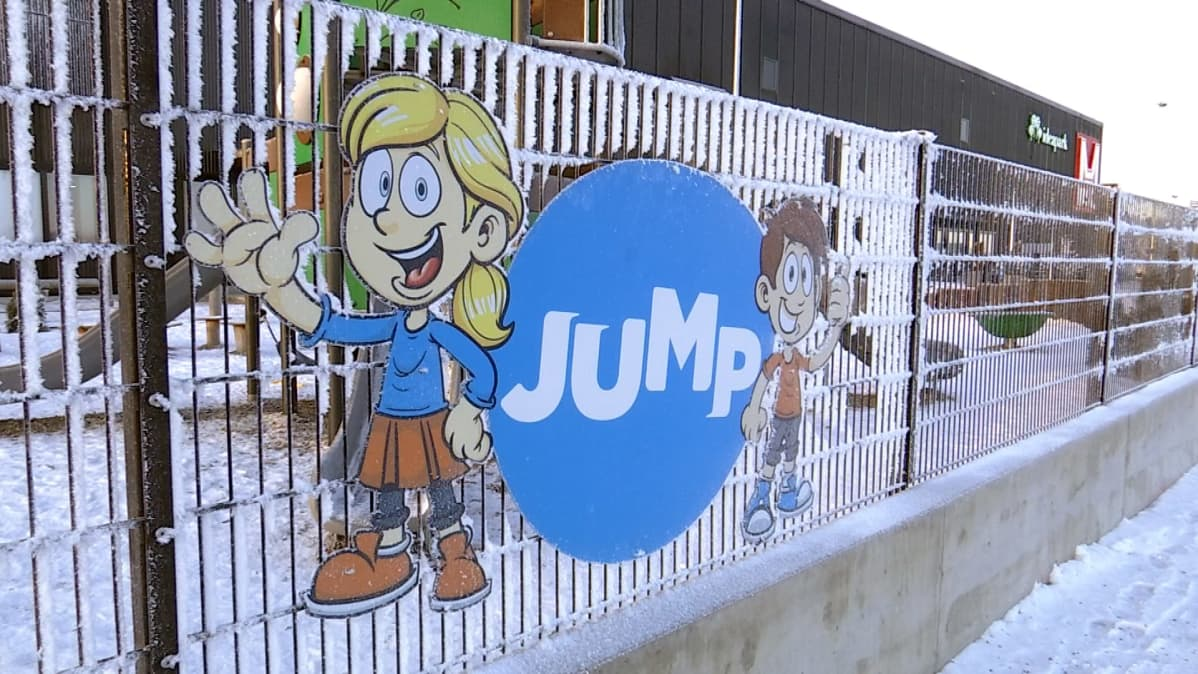 Päiväkodin nimikyltissä esiintyy kaksi animoitua lasta.