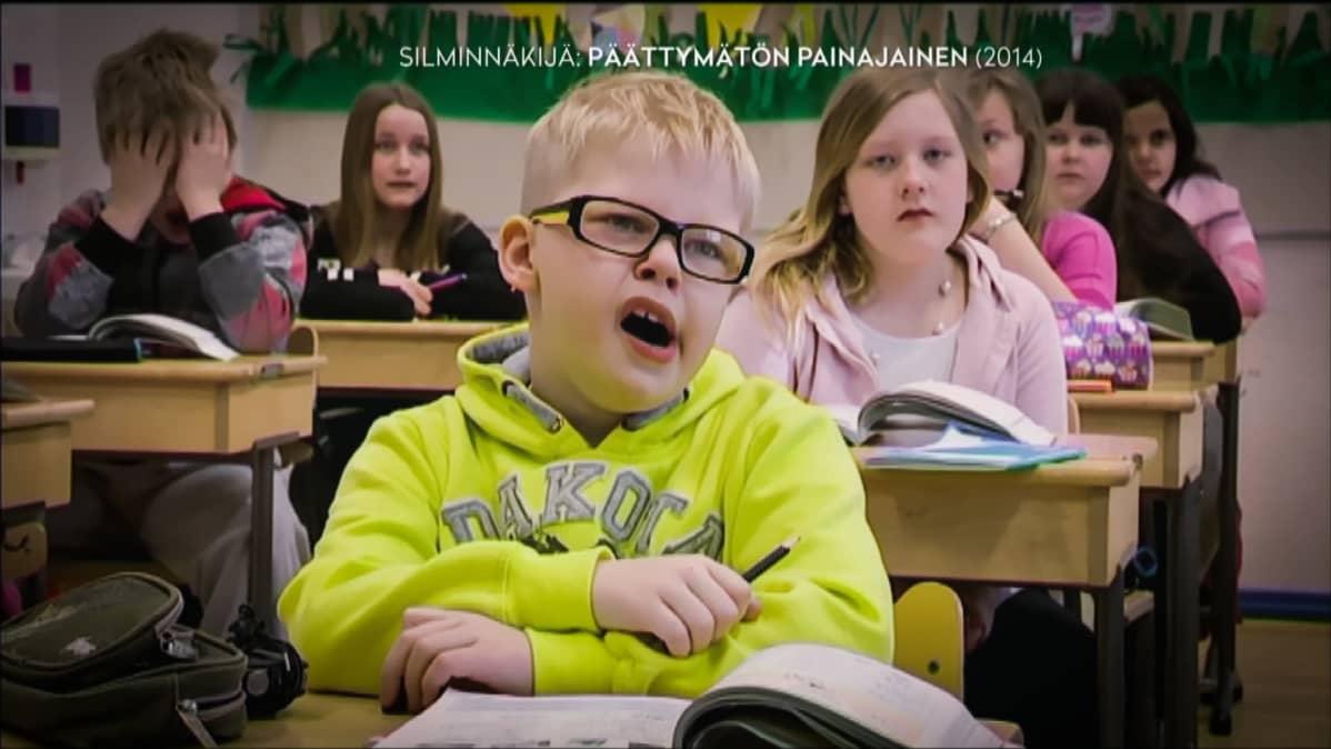 Jasper Mäki-Jokela tekee kaikkensa pysytelläkseen hereillä koulussa vuonna 2014 Ylen Silminnäkijän kuvauksissa.