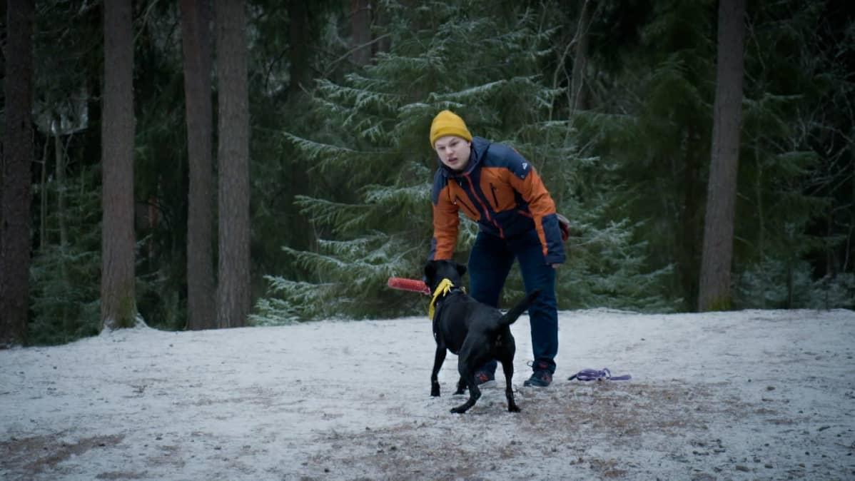 Salli-koira ja Jasper Mäki-Jokela leikkivät metsässä. Salli on Jasperin paras ystävä.