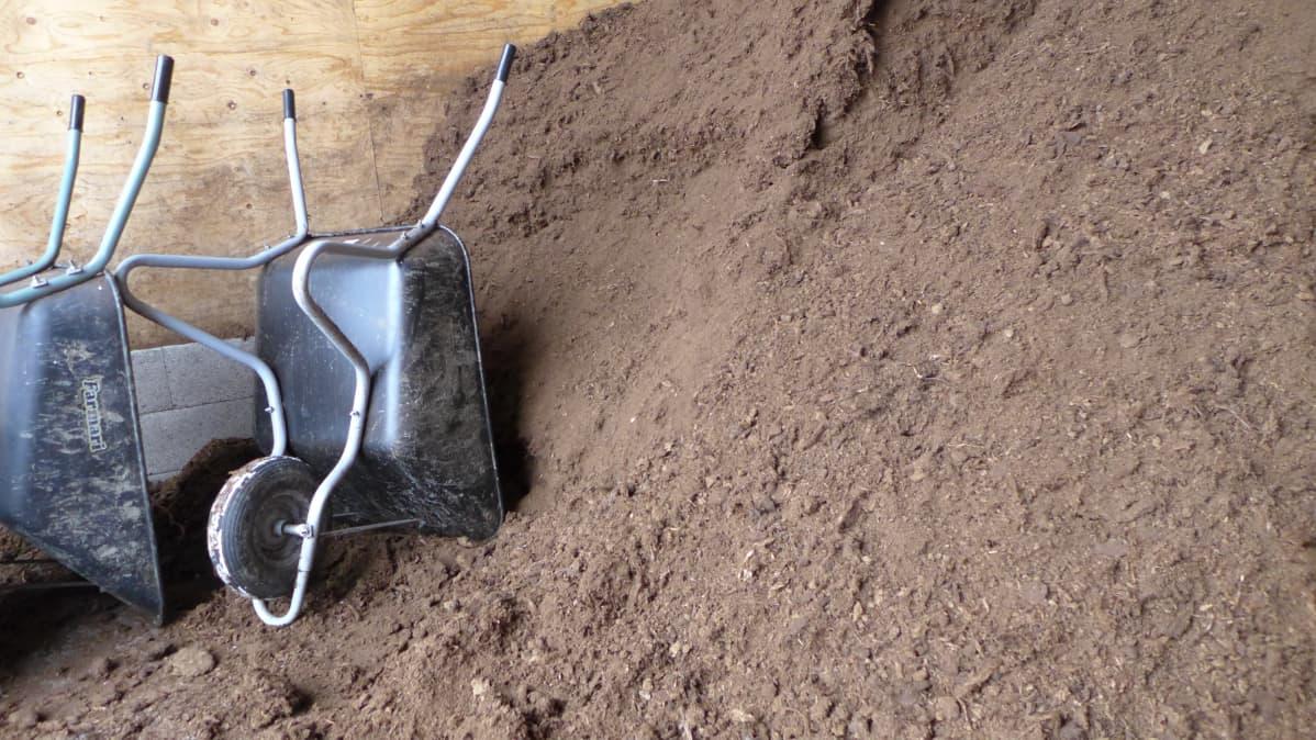 Hevostallin kuiviketurvevarasto