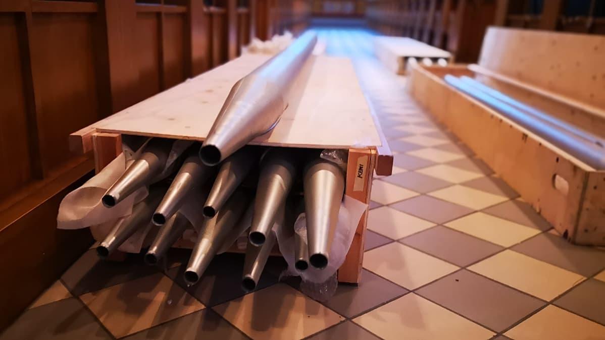 Kirkon urkujen pillejä laatikossa odottamassa kuljetusta peruskorjaukseen.