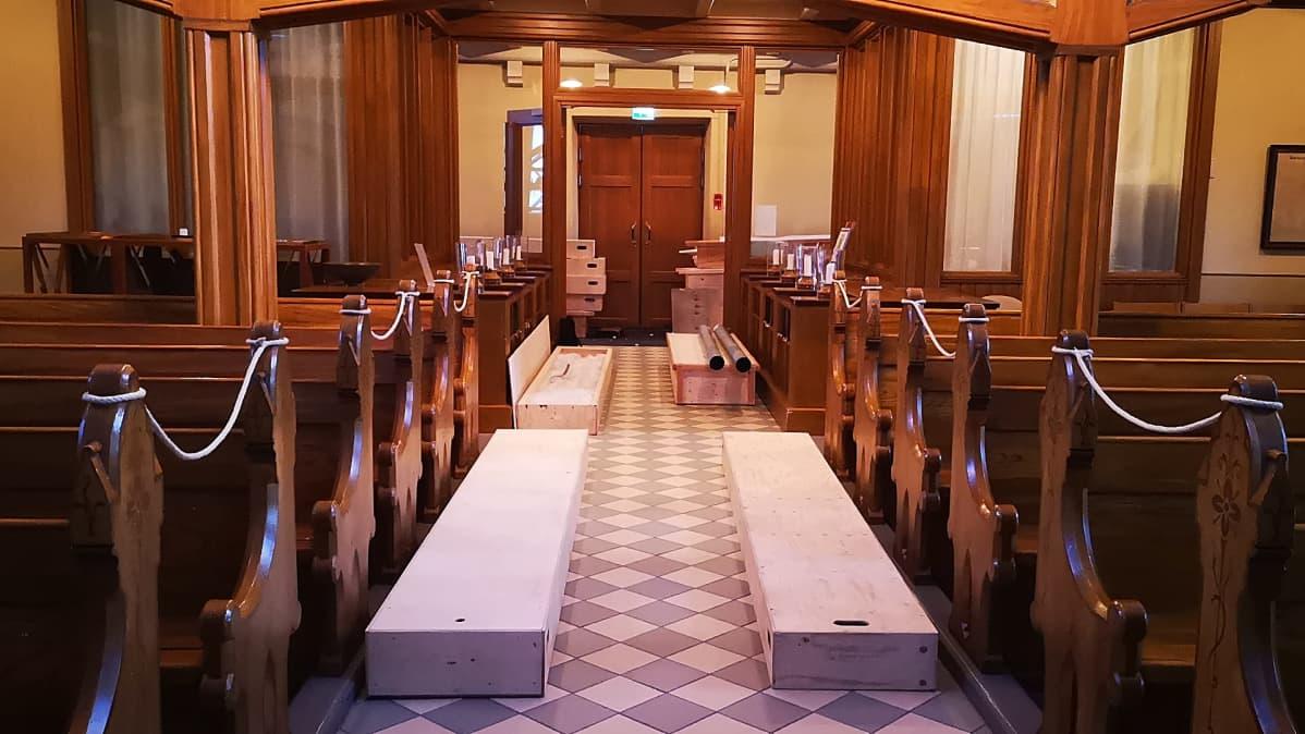 Kemin kirkon urkujen pillejä laatikoissa kirkon käytävällä.