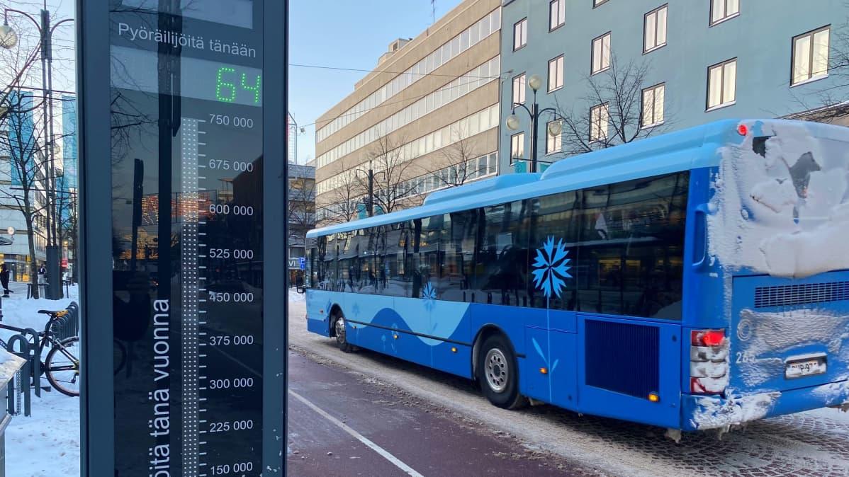 Bussi ajaa Aleksanterinkadulla Lahdessa.