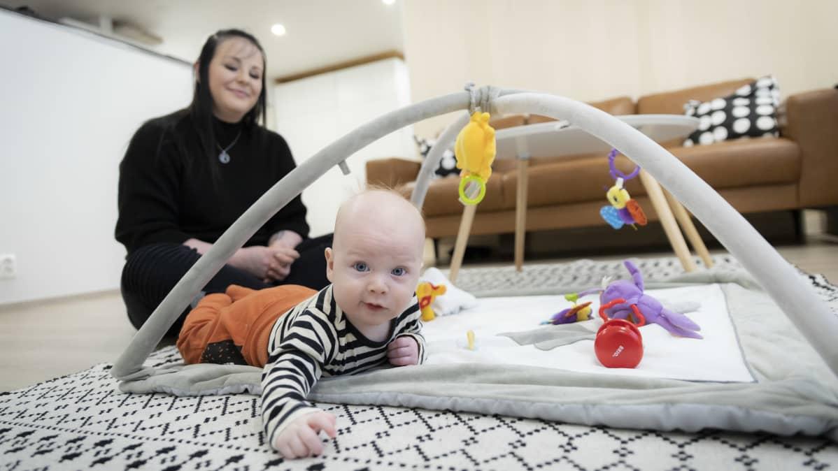 Julia Tyynelä ja Eetu-vauva