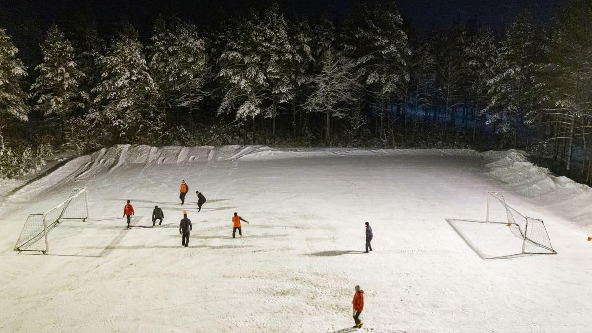 Kepsin pelaajia Takajärven jalkapallokentällä Kemissä