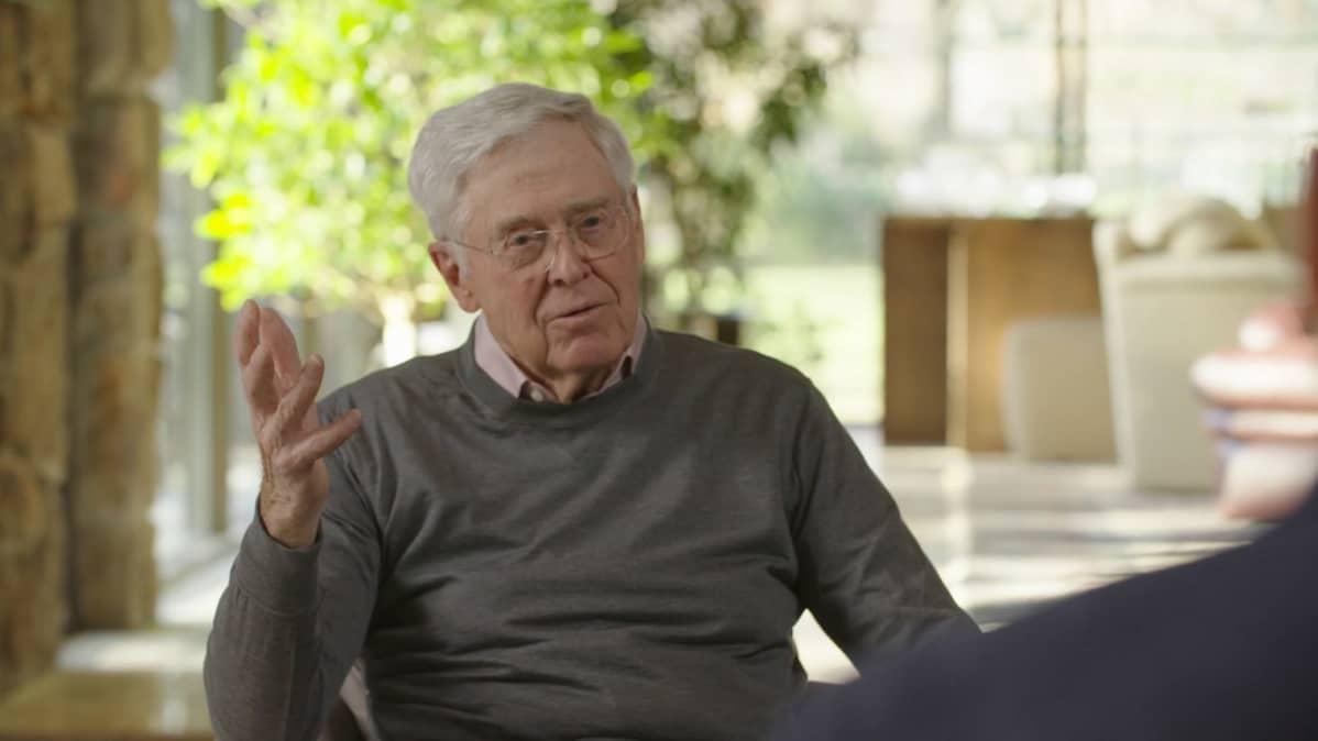 Liikemies Charles Koch puhuu haastattelussa.