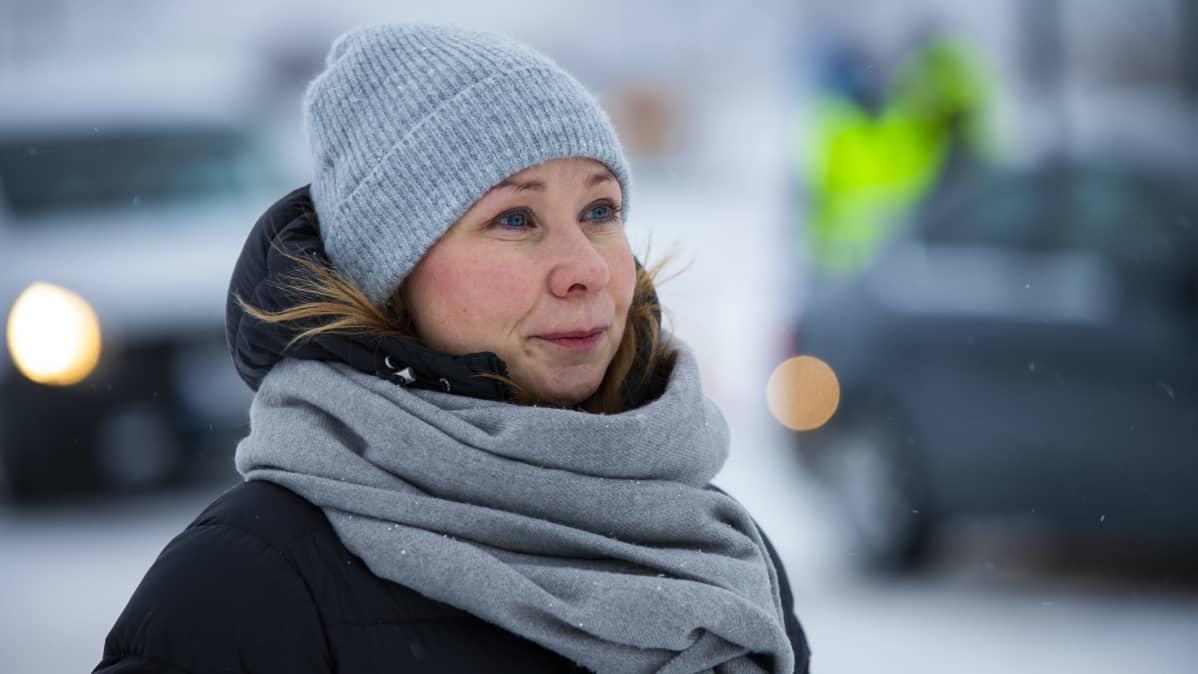 Torniolaakson neuvottelukunna toiminnanjohtaja Tuula Ajanki Suomen ja Ruotsin rajalla.