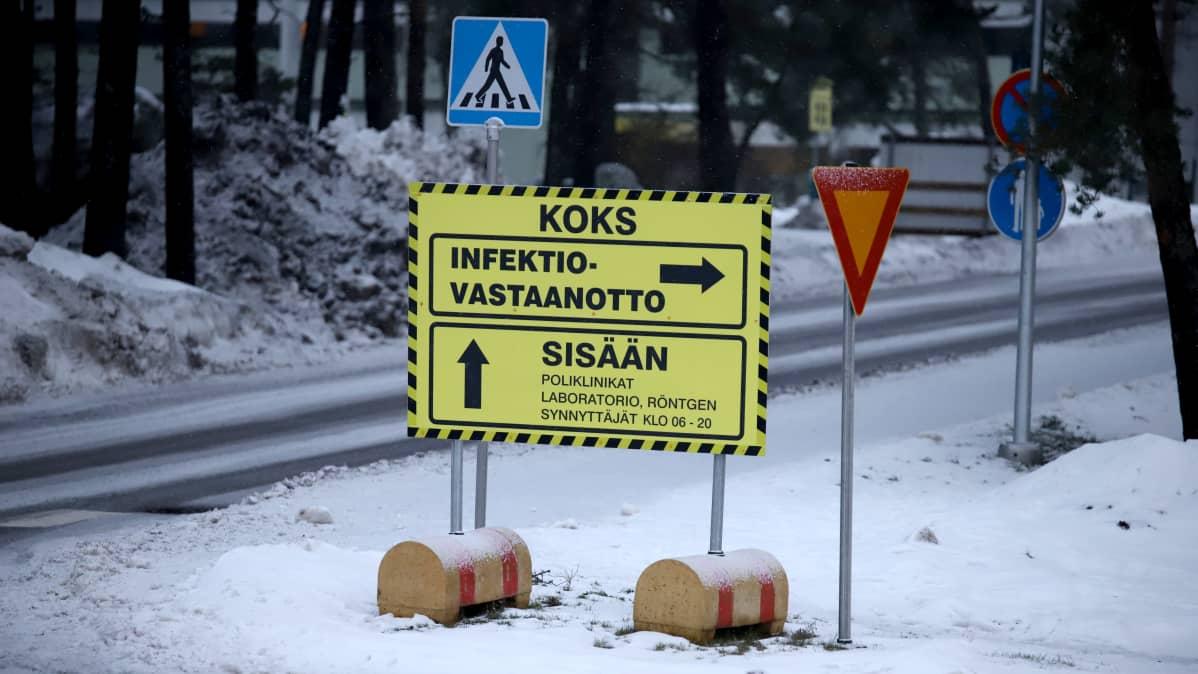 Infektiovastaanottoon ohjaava kyltti Kymenlaakson keskussairaalan pihassa