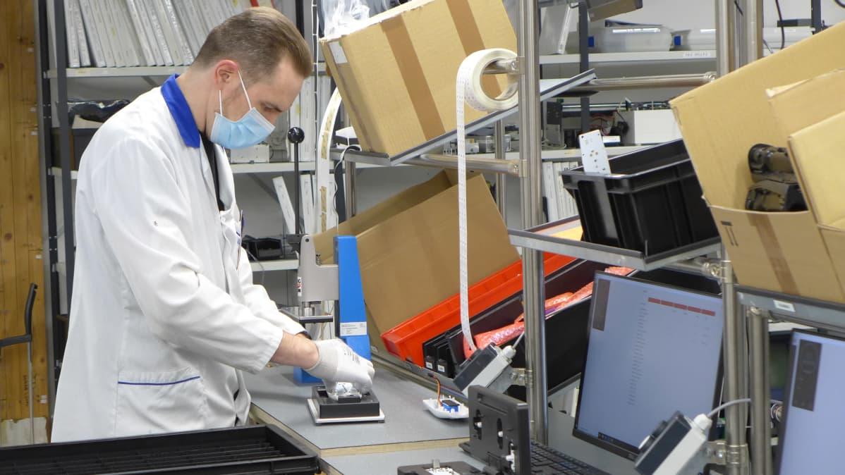 Puhallustesterien kokoonpanoa Tepcompin tehtaalla, kuvassa Pasi Bifeldt