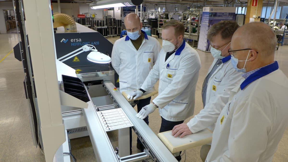 Puhallustesterin osaa tarkastellaan Tepcompin tehtaalla. Kuvassa vasemmalta Kimmo Akiander, Henri Avikainen, Pekka Rissanen, Pekka Leppälä.