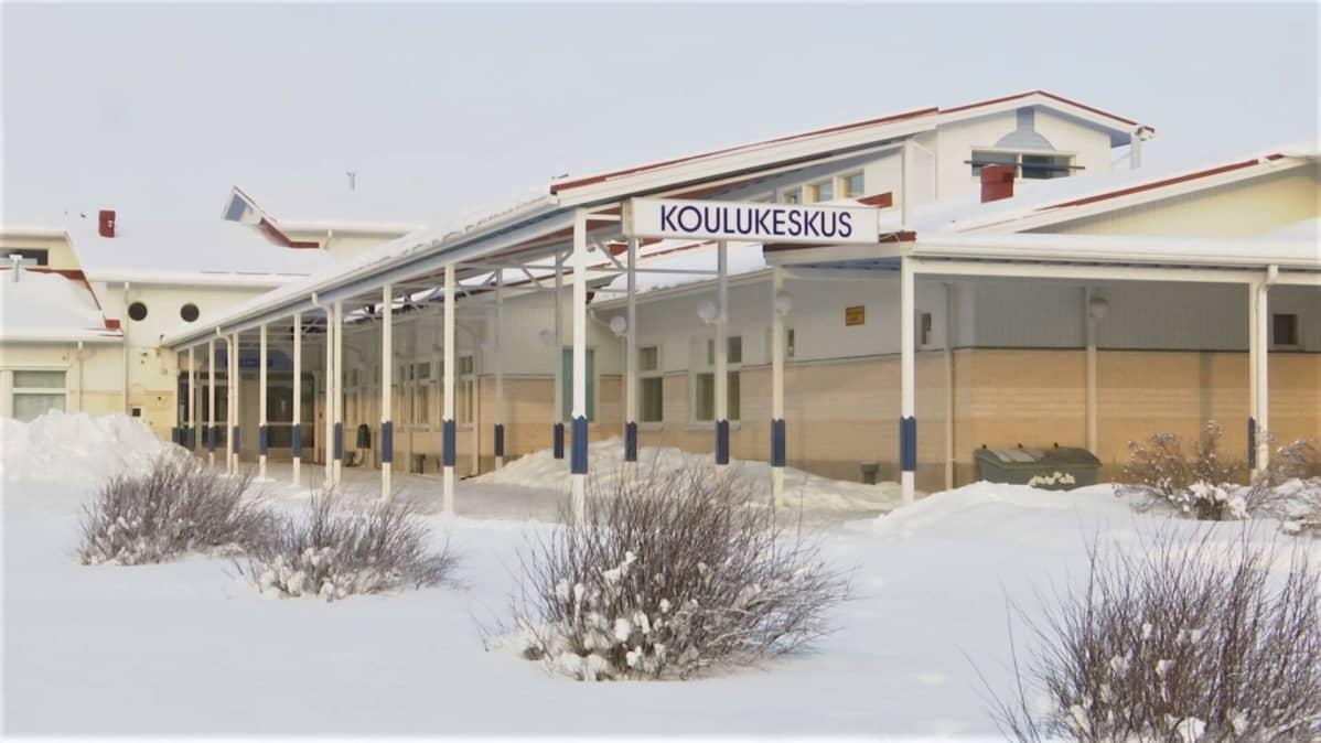 Isokyrön koulukeskus helmikuisessa talvimaisemassa