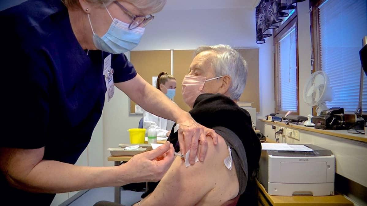 Sairaanhoitaja Tuula Mäenpää antaa rokotetta yli 80-vuotiaalle Matti Hakaselle Tuuloksen terveysasemalla Hämeenlinnassa.