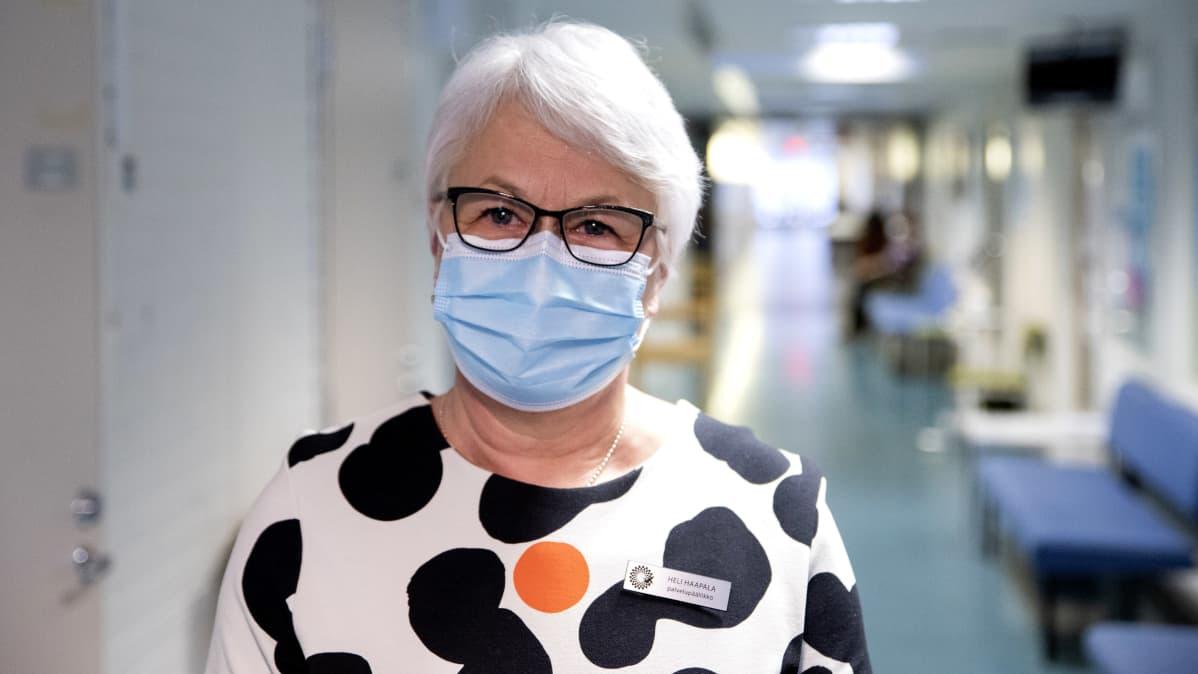 Hämeenlinnan palvelupäällikkö Heli Haapala kuvattuna maski kasvoillaan Tuuloksen terveysasemalla.