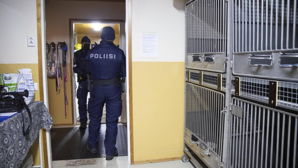 Poliisit löytöeläinsuojassa.