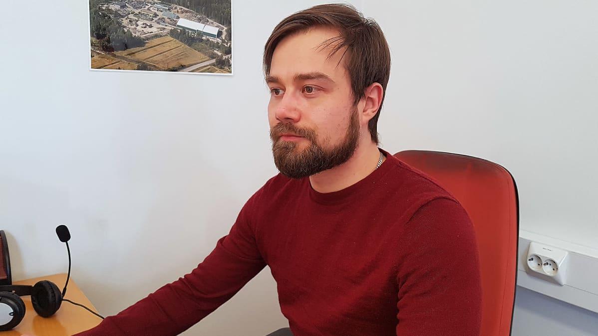 yrittäjä Henri Paukkonen päätteen ääressä