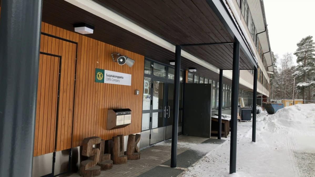 Kasarmin sisäänkäynti Säkylän Huovinrinteellä.