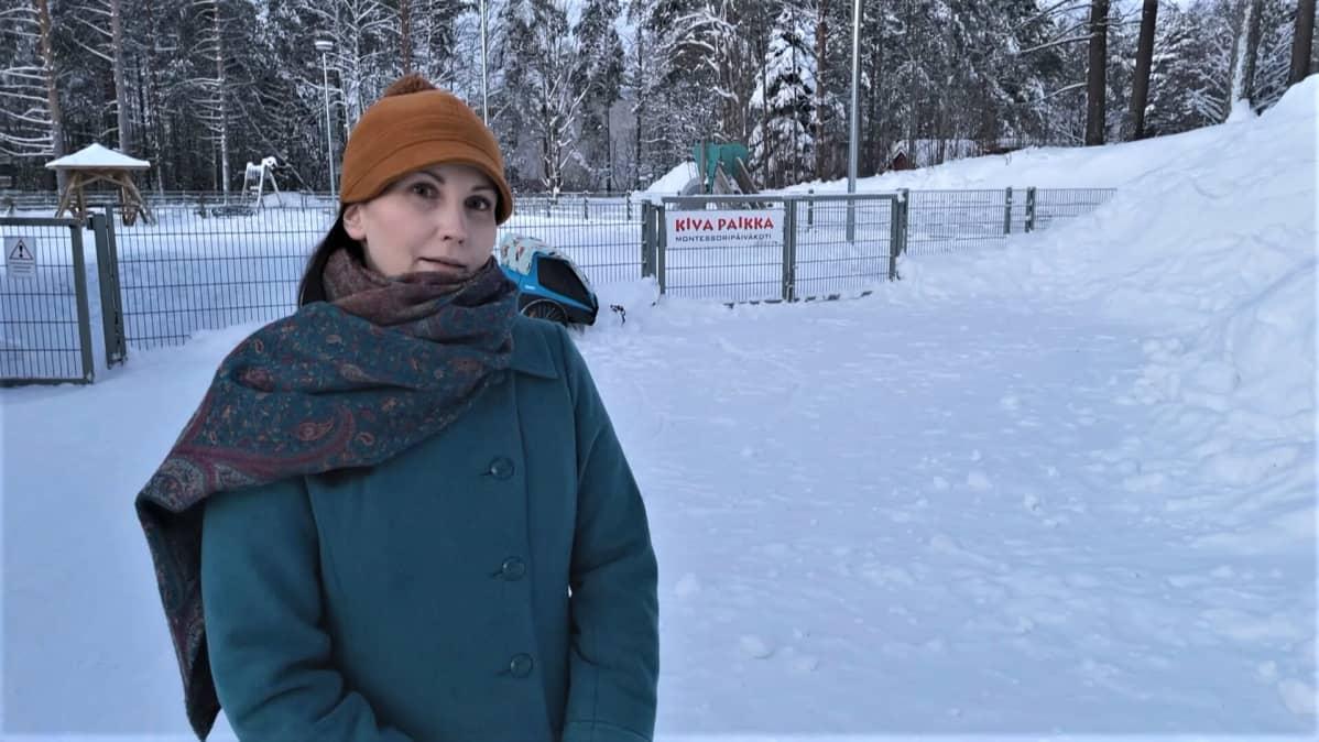Kajaanilainen perheenäiti Minttu Pekkarinen seisoo Kajaanin Montessoripäiväkodin edessä.