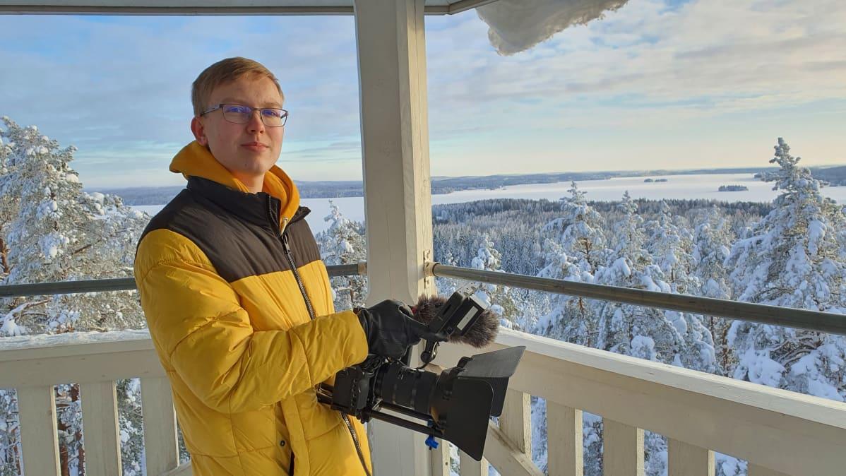 Aaro Riponiemi kuvaamassa näkötornissa