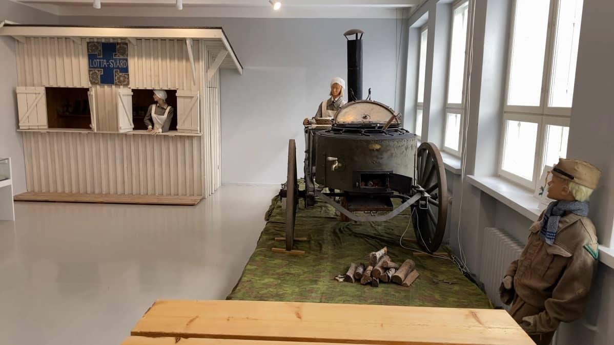 Soppatykki ja kenttäkioski Kankaanpään kaupunginmuseon näyttelyssä